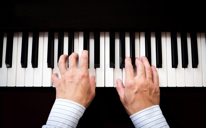 De mens overhandigt het spelen piano Klassieke muziek Kunst en abstracte achtergrond stock foto