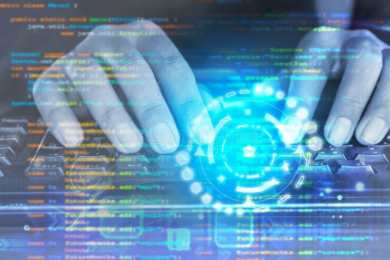 De mens overhandigt programmeurscodage op computertoetsenbord stock fotografie