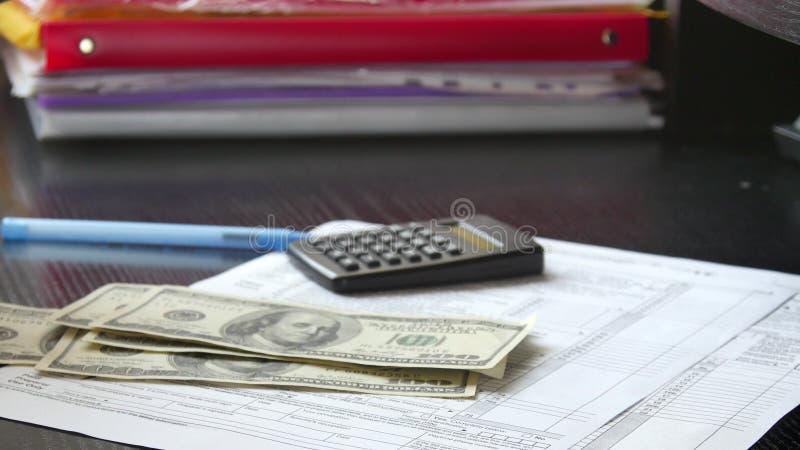 De mens overhandigt tellend geldcontant geld in bureau royalty-vrije stock foto's
