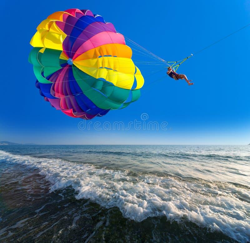 De mens parasailing stock foto