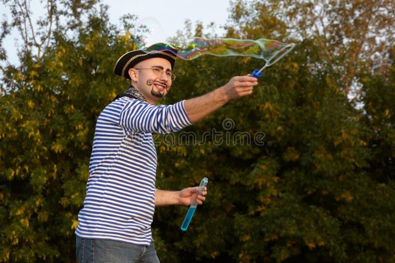 De mens in piraatkostuum blaast zeepbels. royalty-vrije stock fotografie