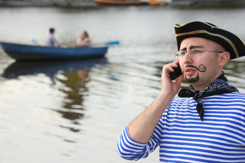 De mens in piraatkostuum spreekt door de telefoon. royalty-vrije stock afbeelding