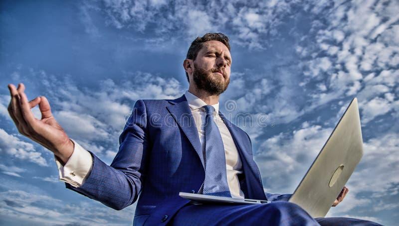 De mens probeert levensonderhoud zijn duidelijke mening De ondernemer vindt de minuut ontspant en mediteert Het werk kan online e royalty-vrije stock afbeeldingen
