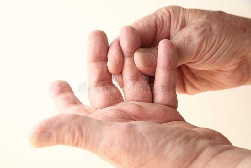 De mens probeert om pijnlijke vinger te bewegen royalty-vrije stock afbeelding