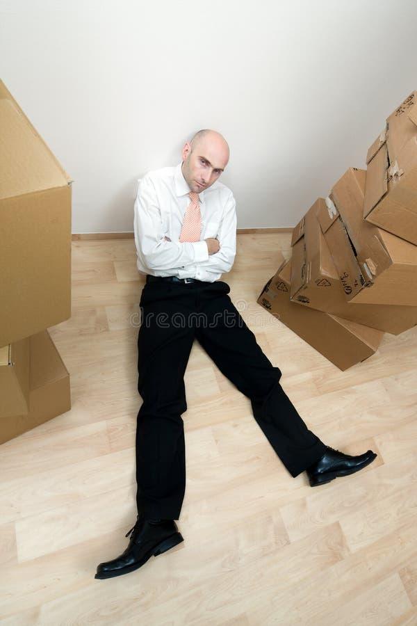 De mens rust dichtbij stapel dozen royalty-vrije stock afbeelding
