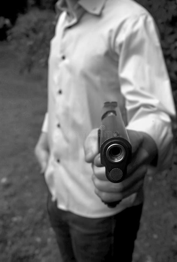 De mens schiet een kanon bij een doel stock foto's