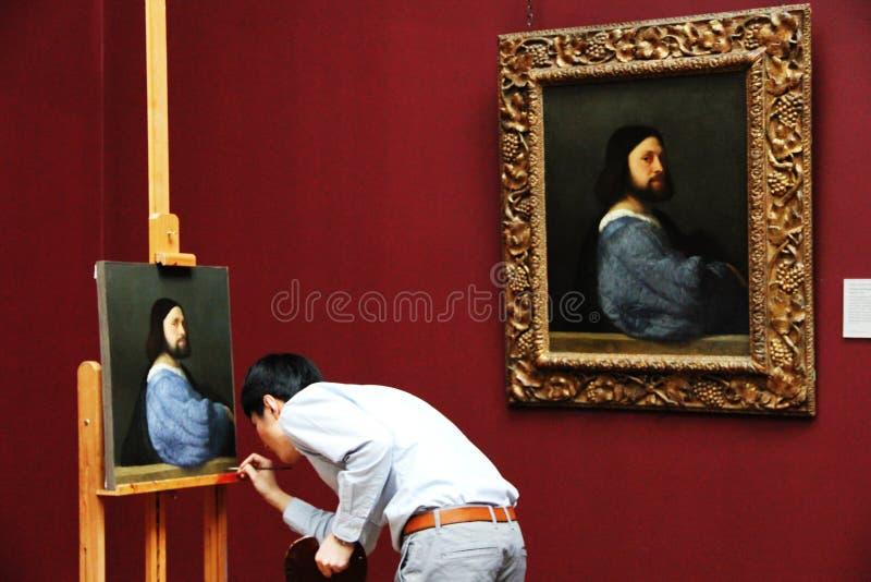 De mens schildert in een museum stock afbeeldingen
