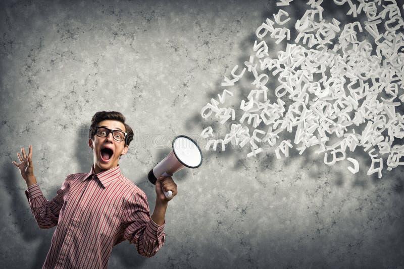 De mens schreeuwt in een megafoon stock fotografie
