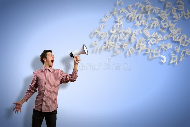 De mens schreeuwt in een megafoon stock foto's