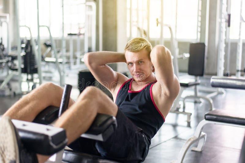 De mens situp of het kraken in gymnastiek, Mensen die oefent spier zijn maag in deur uit doen stock afbeeldingen