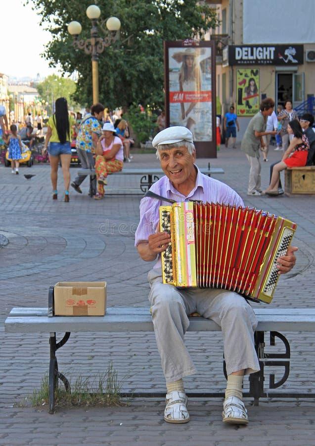 De mens speelt bayan openlucht in Ulan Ude, Rusland stock afbeeldingen