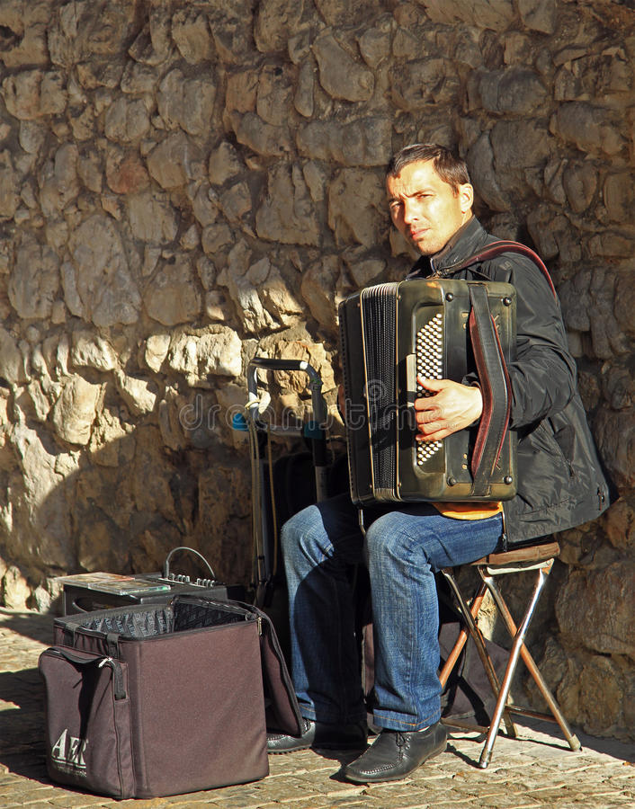 De mens speelt harmonika openlucht in Krakau, Polen royalty-vrije stock foto