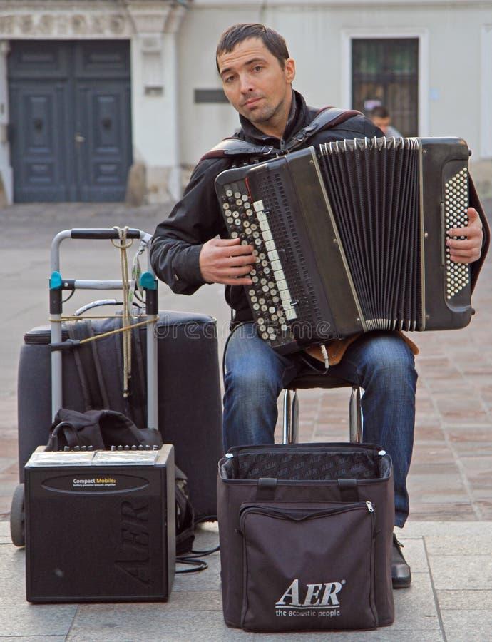 De mens speelt harmonika openlucht in Krakau, Polen royalty-vrije stock afbeelding