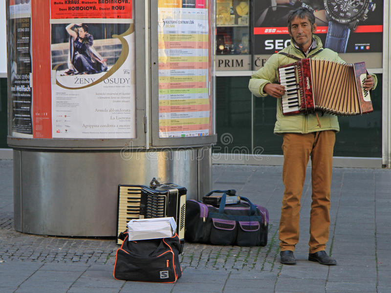 De mens speelt harmonika openlucht in Tsjechisch Brno, royalty-vrije stock foto