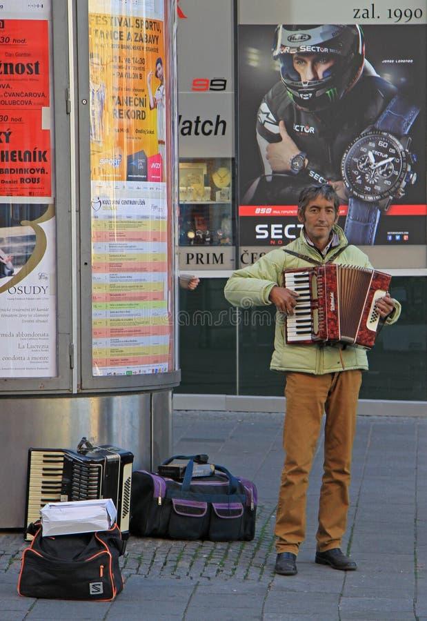 De mens speelt harmonika openlucht in Tsjechisch Brno, royalty-vrije stock afbeeldingen