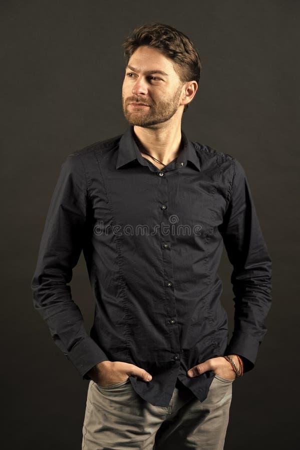 De mens stelt in modieuze overhemd en jeans, manier Kerel met gebaard gezicht en modieus haar, kapsel De manier van mensen, stijl stock afbeelding