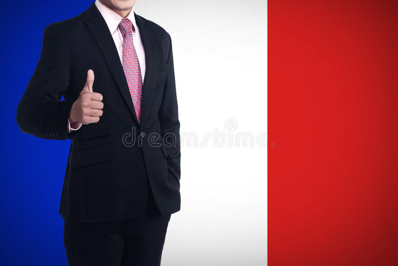 De mens toont duim met de vlag van Frankrijk achter hem royalty-vrije stock foto's