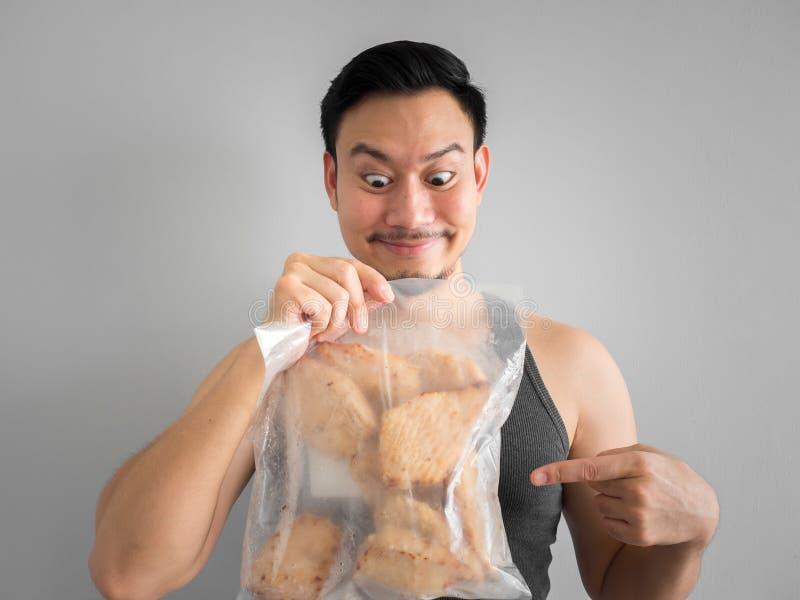 De mens toont het dieet van de kippenborst voor het gezonde leven stock afbeeldingen