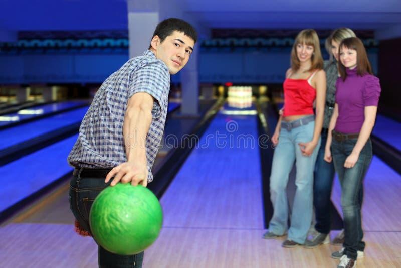 De mens treft werpt bal voorbereidingen en het meisje kijkt op hem royalty-vrije stock foto's