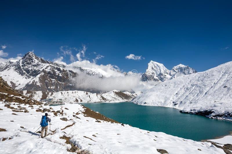 De mens is trekking dichtbij Gokyo-meer in Everest-gebied, Nepal stock foto's