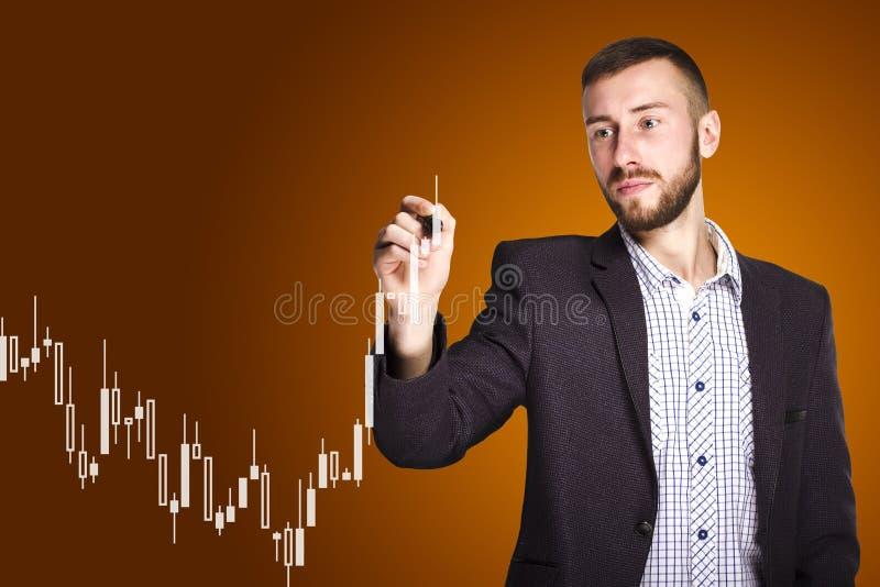 De mens trekt een grafiek royalty-vrije stock foto's