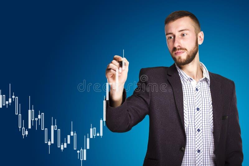 De mens trekt een grafiek royalty-vrije stock fotografie