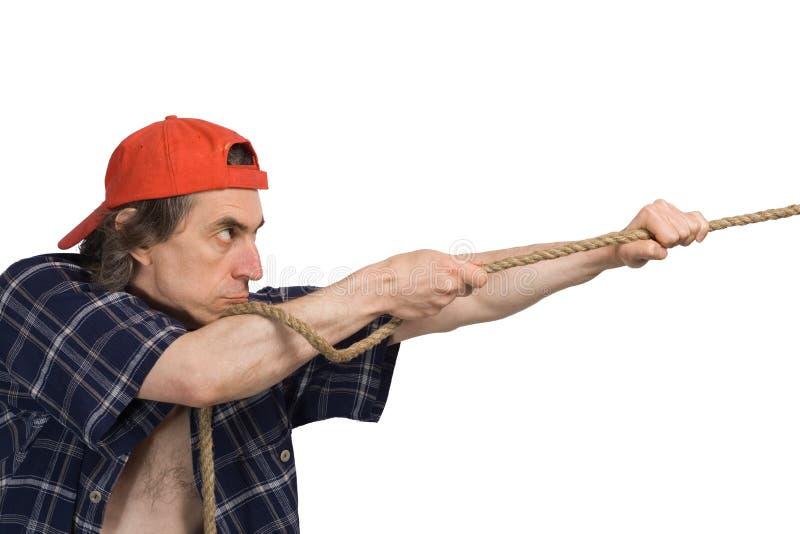 De mens trekt een kabel. stock fotografie