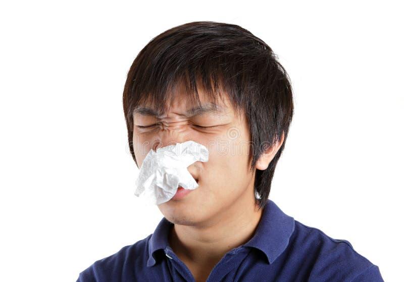 De mens van Azië lijdt aan muffe neus royalty-vrije stock afbeelding