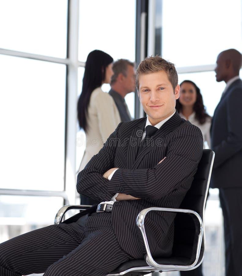 De mens van Businesss in bureauzitting op stoel royalty-vrije stock foto