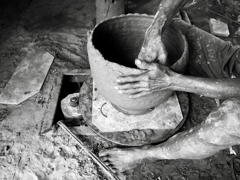 De mens van de aardewerkambacht royalty-vrije stock afbeeldingen