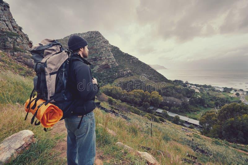 De mens van de bergtrekking stock foto's