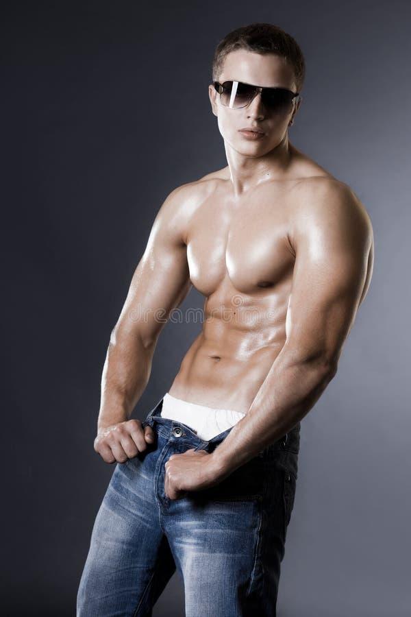 De mens van de bodybuilder op zwarte royalty-vrije stock afbeeldingen