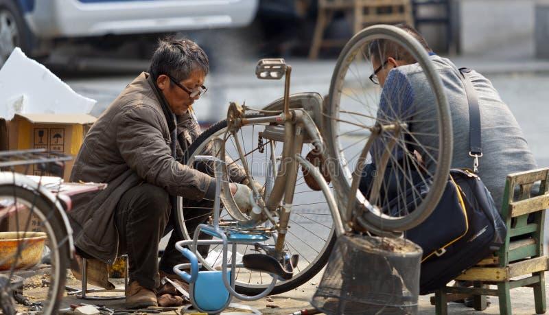 De mens van de fietsreparatie royalty-vrije stock afbeelding