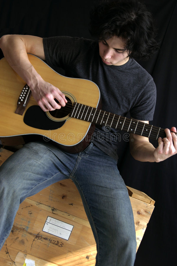 De mens van de gitaar stock foto