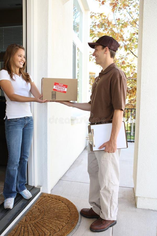 De Mens van de levering met Pakket stock afbeelding