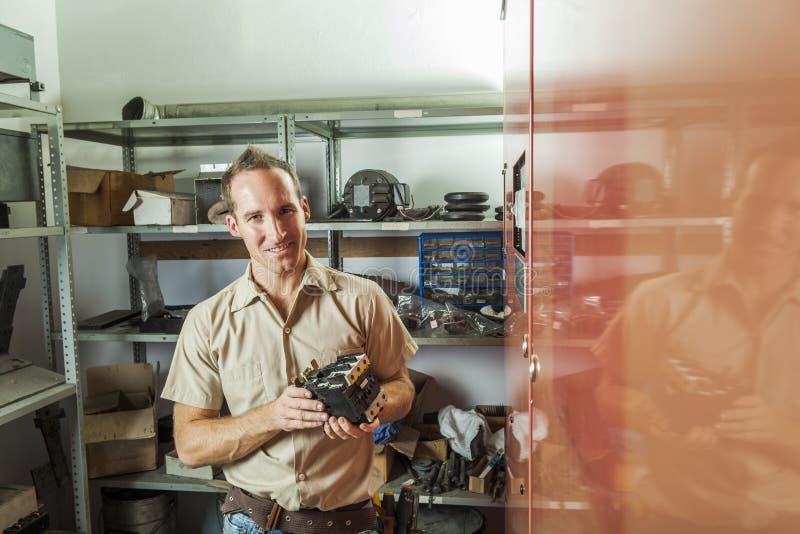 De Mens van de liftreparatie op het werk royalty-vrije stock foto