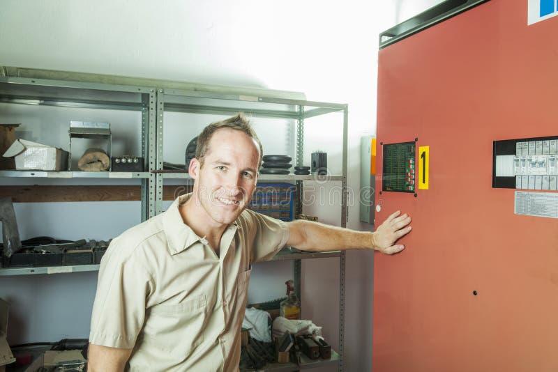 De Mens van de liftreparatie op het werk stock foto