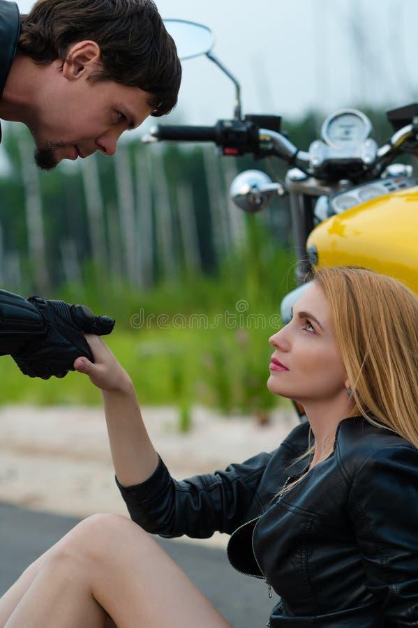 De mens van de motorrijderfietser geeft in openlucht hand stock fotografie