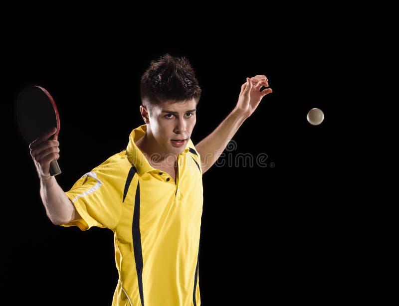 De mens van de pingpongspeler met bal stock foto's