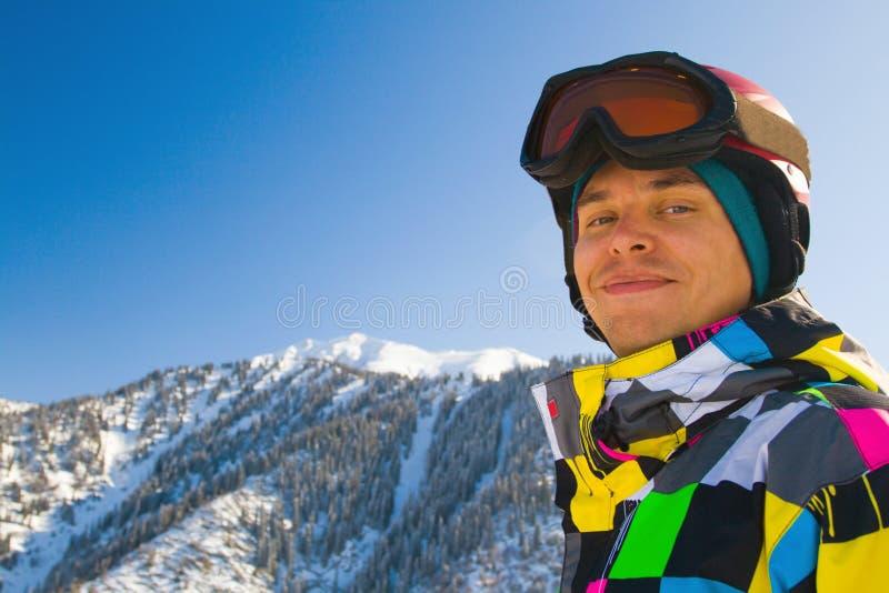 De mens van de sport in sneeuwbergen stock fotografie