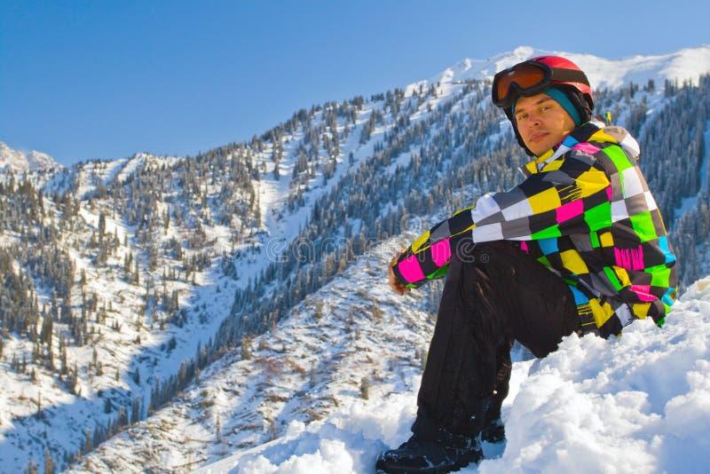 De mens van de sport in sneeuwbergen stock foto's