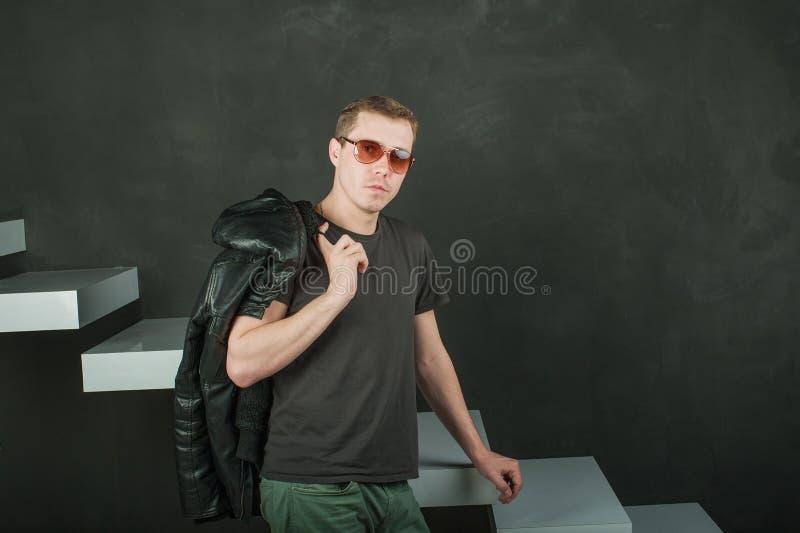 De mens van de studiofotografie hipster stock afbeeldingen