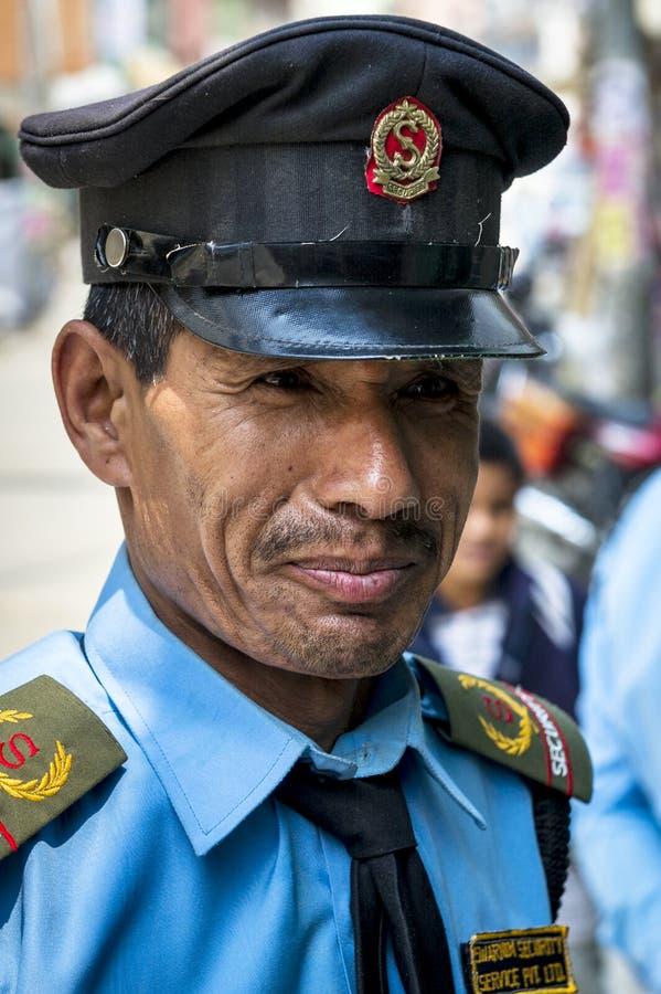 De mens van de veiligheid op de straat van Katmandu royalty-vrije stock afbeeldingen