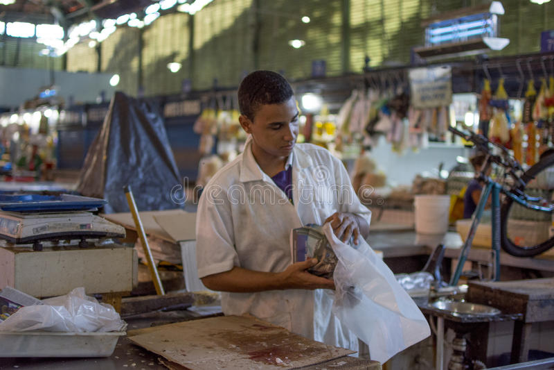 De mens van de vissenmarkt stock foto