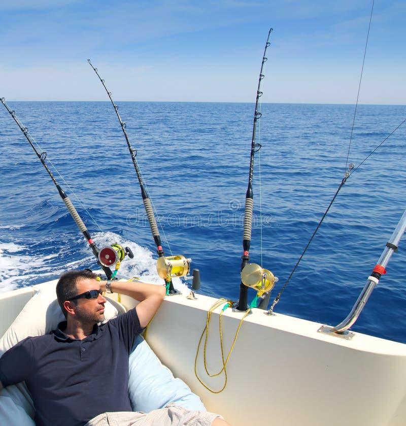 De mens van de zeeman visserij die in de vakantie van de bootzomer rust royalty-vrije stock fotografie