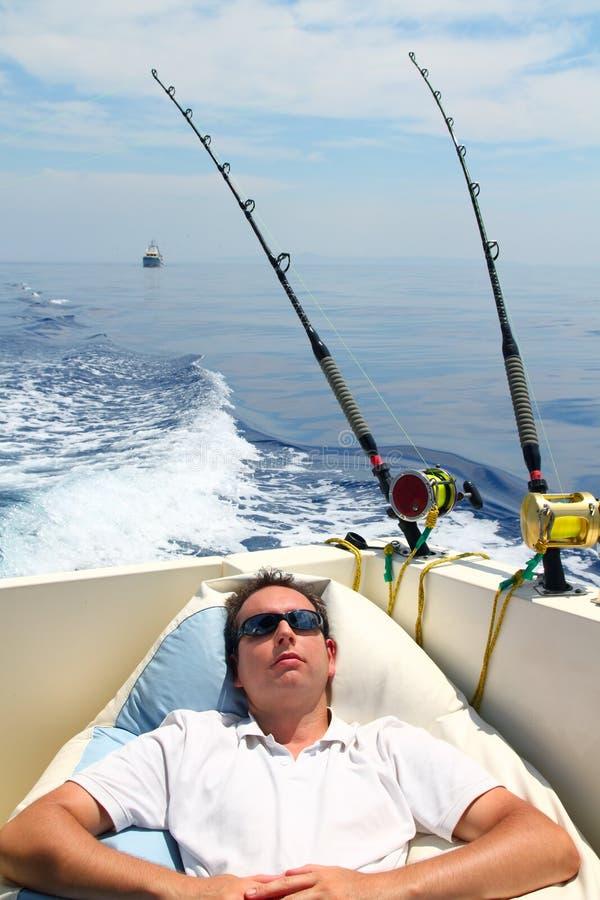 De mens van de zeeman visserij die in de vakantie van de bootzomer rust royalty-vrije stock afbeeldingen