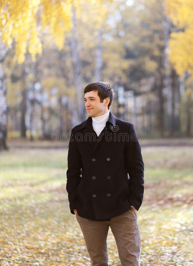 De mens van het de herfstportret in zwarte laag royalty-vrije stock fotografie