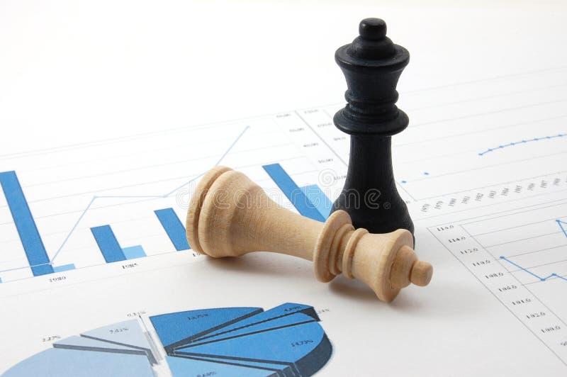 De mens van het schaak over bedrijfsgrafiek stock afbeeldingen