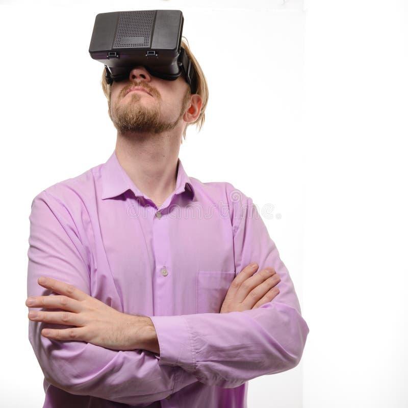 De mens van Nice met glazen van virtuele werkelijkheid in lilac overhemd royalty-vrije stock fotografie