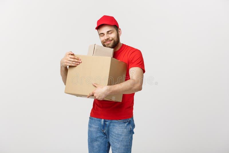 De mens van de portretlevering in GLB met rode t-shirt die als koerier of handelaar werken die twee lege kartondozen houden recei stock fotografie